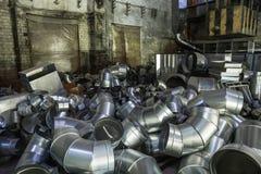 Tuyaux d'acier dans l'entrepôt de l'usine pour la fabrication et la production des systèmes industriels d'état d'air Photographie stock