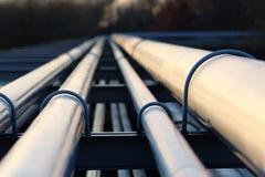 Tuyaux d'acier dans la raffinerie de pétrole brut photographie stock