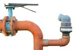 Tuyaux d'acier et accouplements d'un isolat de l'eau d'irrigation sur le petit morceau photographie stock libre de droits