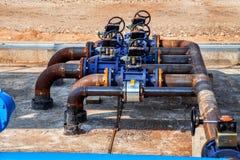 Tuyaux d'acier et valves dans la station d'huile Photographie stock