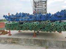 Tuyaux d'acier pour les matériaux structurels sur les étagères au grand chantier de construction photo stock