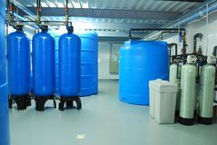 Tuyaux d'industrie, robinets, pompe et baril bleu Image libre de droits