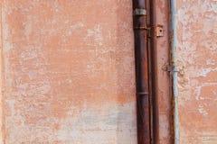 Tuyaux dans la perspective d'un mur orange photos stock