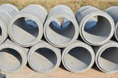 Tuyaux de ciment empilant à la cour Photographie stock libre de droits