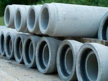 Tuyaux de ciment pour la réadaptation de système d'égouts sur l'un l'autre Images stock