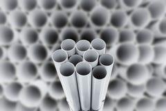 Tuyaux de PVC empilés dans l'entrepôt Photos stock
