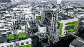 Tuyaux de scierie d'usine d'entreprise de travail du bois dans l'aube de matin Concept de pollution atmosphérique Paysage industr photos libres de droits