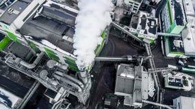 Tuyaux de scierie d'usine d'entreprise de travail du bois dans l'aube de matin Concept de pollution atmosphérique Paysage industr image stock