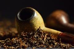 tuyaux de tabagisme sur des feuilles de tabac Image stock