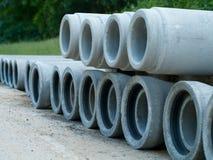 Tuyaux empilés de ciment pour la réadaptation de système d'égouts Images libres de droits