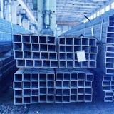 Tuyaux en métal dans un entrepôt Photo libre de droits