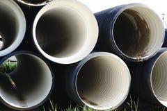 Tuyaux en plastique ondulés à un chantier de construction illustration stock