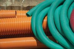 Tuyaux en plastique pour le câblage ou les câbles électriques sur un chantier de construction images stock