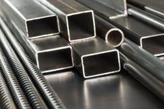 Tuyaux et tiges en métal photographie stock libre de droits