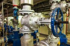 Tuyaux et valves avec les boutons bleus pour l'eau Photographie stock
