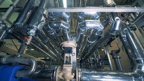 Tuyaux faits d'acier situé dans une usine de brassage banque de vidéos