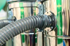 Tuyaux hydrauliques en caoutchouc, reliés à l'équipement industriel  Photographie stock