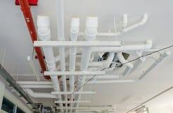 tuyaux industriels à la tuyauterie sur le bâtiment Photographie stock
