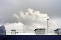 Tuyaux industriels avec de la fumée écologie Fumée industrielle de cheminée photographie stock