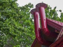 Tuyaux pour l'échappement et la ventilation de la salle Un exemple d'installation sur la rue photographie stock libre de droits