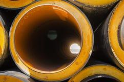 Tuyaux pour l'approvisionnement en eau en grand diamètre près du chantier de construction Remplacer des communications anciennes images stock