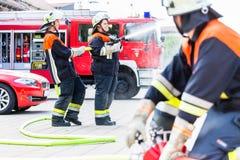 Tuyaux se reliants de pompier image stock
