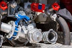 Tuyaux, valves et indicateurs de pression sur l'arrière de la pompe à incendie Photo libre de droits