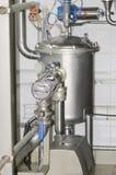 Tuyaux, valves et réservoirs sous pression dans l'usine de laiterie Photo libre de droits