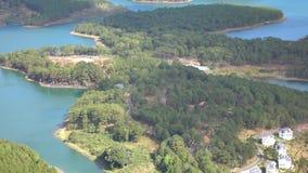 Tuyen Lam sjö på mounttainsikt, Da-Latstad, Lam Dong landskap, Vietnam stock video