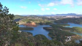 Tuyen Zwianie jezioro na mounttain widoku, Da Lat miasta, zwiania Dong prowincja, Wietnam zbiory wideo