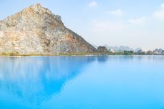 Tuyet Tinh Coc湖,自然Trai儿子山的,Hai phong,越南颜色蓝色湖 免版税库存图片