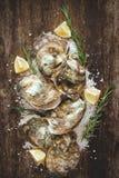Tuzin świeżych ostryg na drewnianej i dennej soli Odgórny widok Obraz Stock