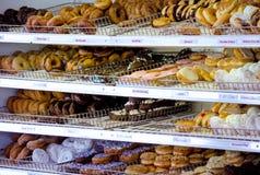 Tuziny donuts dla sprzedaży Obrazy Royalty Free