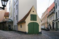 Tvärgata av medeltida gator i den gamla Riga staden Arkivfoto
