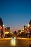 Tvärgatagatasikt på natten Royaltyfria Bilder