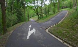 Tvärgatan väljer en väg Arkivbild