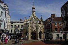 Tvärgatan var det Chichester marknadskorset står i mitten av staden Arkivfoton