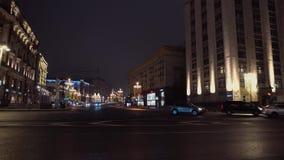 Tvärgator av nattstaden Majestätisk arkitektur, bilar kör från från vänster till höger lager videofilmer