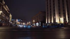 Tvärgator av trevlig arkitektur för nattstaden, bilar kör från båda sidor, inga taxi arkivfilmer