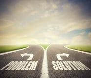 Tvärgator med problem och lösningsvägen Begrepp av det högra beslutet arkivfoto