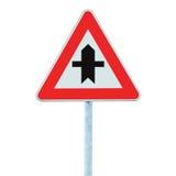 Tvärgator som varnar huvudvägentecknet med den Pole stolpen som isoleras Royaltyfri Foto