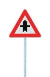 Tvärgator som varnar triangeln för huvudvägentecken, Pole stolpe, stor detaljerad isolerad closeup Fotografering för Bildbyråer