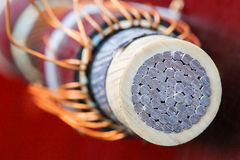 Tvärsnitt av elektrisk aluminum kabel royaltyfri bild