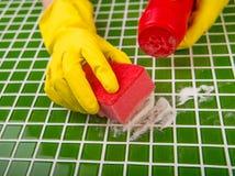 Tvätt av tegelplattorna i badrummet Arkivbild