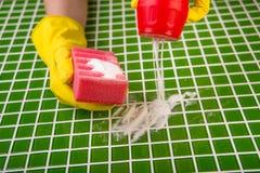 Tvätt av tegelplattorna i badrummet Fotografering för Bildbyråer