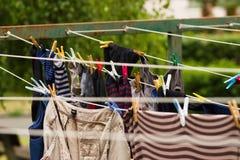 Tvätt fodrar med hängande kläder arkivfoton