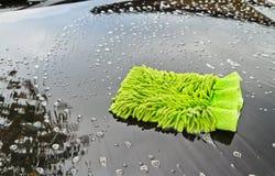 Tvätta en bil Fotografering för Bildbyråer
