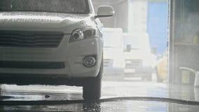 Tvätta en SUV bil i såplöddret - bilservice stock video