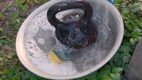 Tvätta en tung hantel som förläggas i handfat stock video