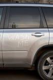 Tvätta mig, text på den smutsiga bilen Arkivbilder